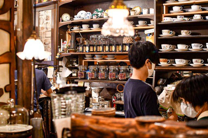 「あぶり珈琲」さんの店内には香ばしいコーヒーの香りが
